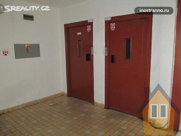 Подъезд и лифт в доме Кладно