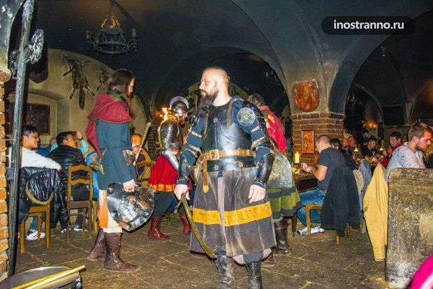 Шоу в средневековой корчме Детенице в Чехии