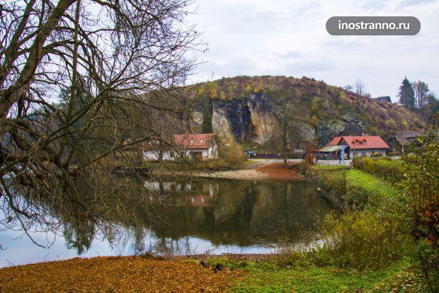 Пруд рядом с замком Кост
