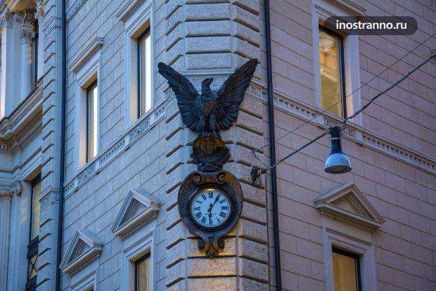 Часы на здании в Риме