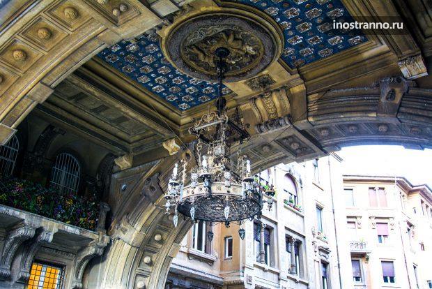 Готическая люстра на здании в Риме