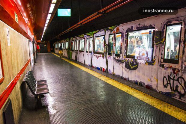 Станция метро и поезд в Риме
