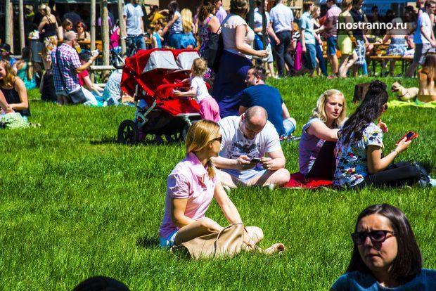 Пикник на холме Петршин в Праге