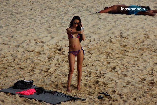 Пляж в Таиланде с топлесс девушкой
