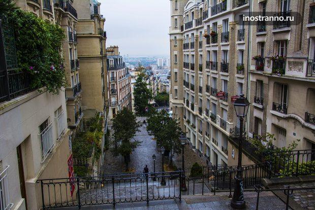 Атмосферная улочка Парижа на Монмартре