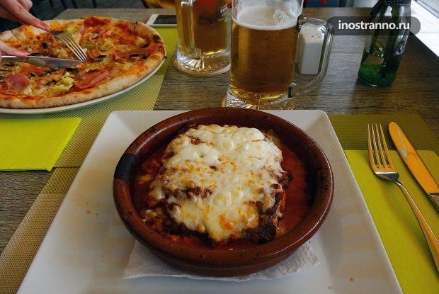Обед в ресторане в путешествии