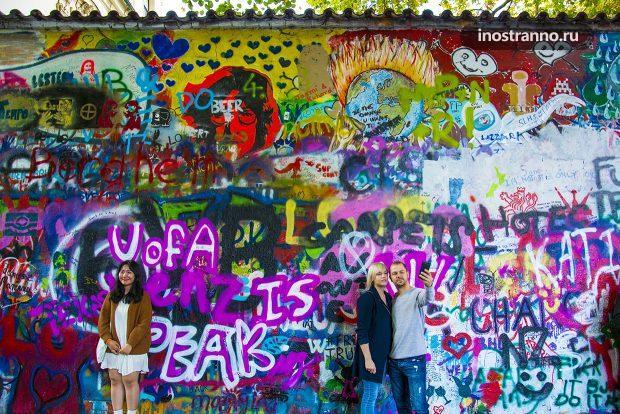 Разноцветная яркая Стена Джона Леннона