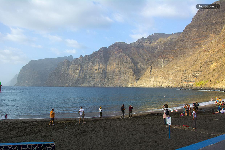 Плайя де лос Гиос с черным песком на Тенерифе