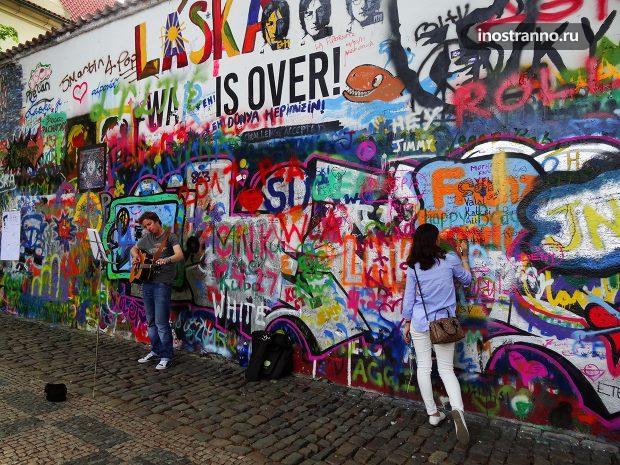 Уличный музыкант в Праге у Стены Джона Леннона