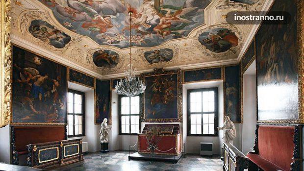 Интерьер замка Троя в Праге