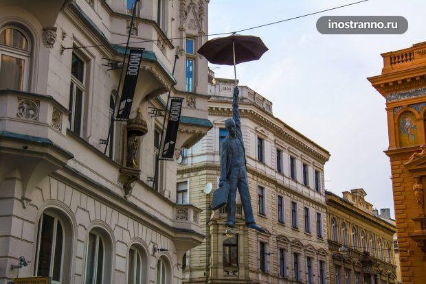 Скульптура подвешенный человек в Праге