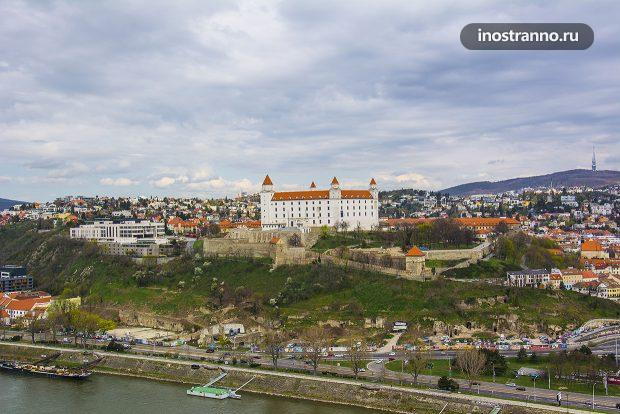 Вид на Братиславский град в Словакии