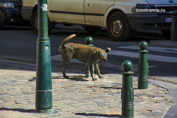 Писающий пес необычная скульптура в Брюсселе