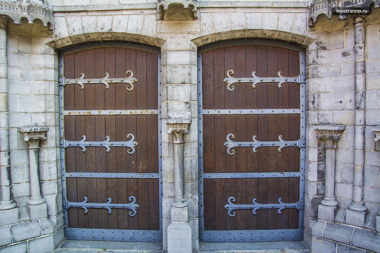 Историческая дверь в Брюгге