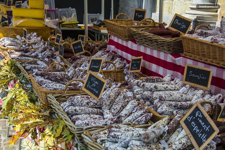 Колбасы на рынке в Бельгии