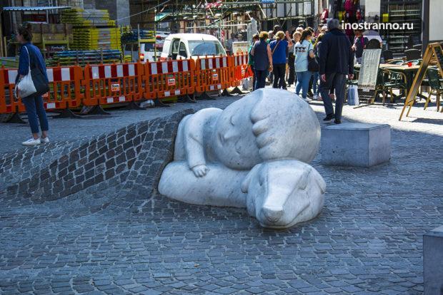 Скульптура мальчика с собакой в Антверпене