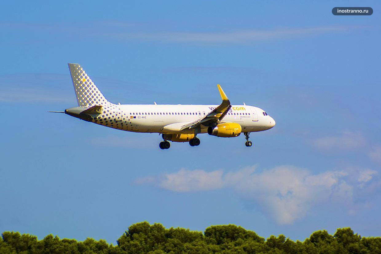 Самолет Airbus A320 бюджетной компании Vueling