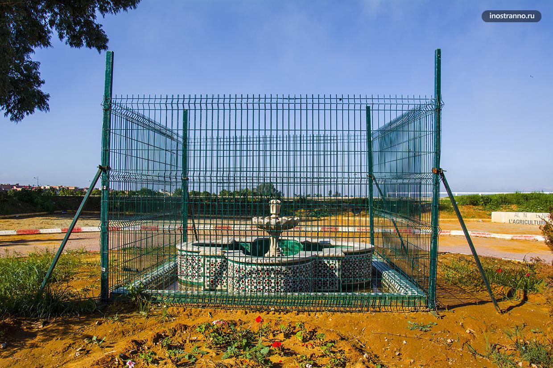 Фонтан за забором