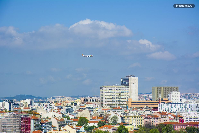 Самолет TAP Air Португал заходит на посадку