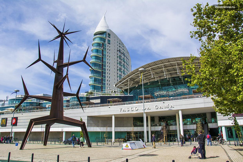 Современный район в Лиссабоне Экспо 1998 с торговым центром