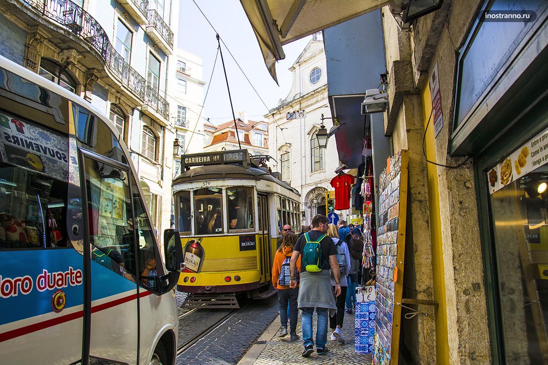 Трамвай на улице в Лиссабоне