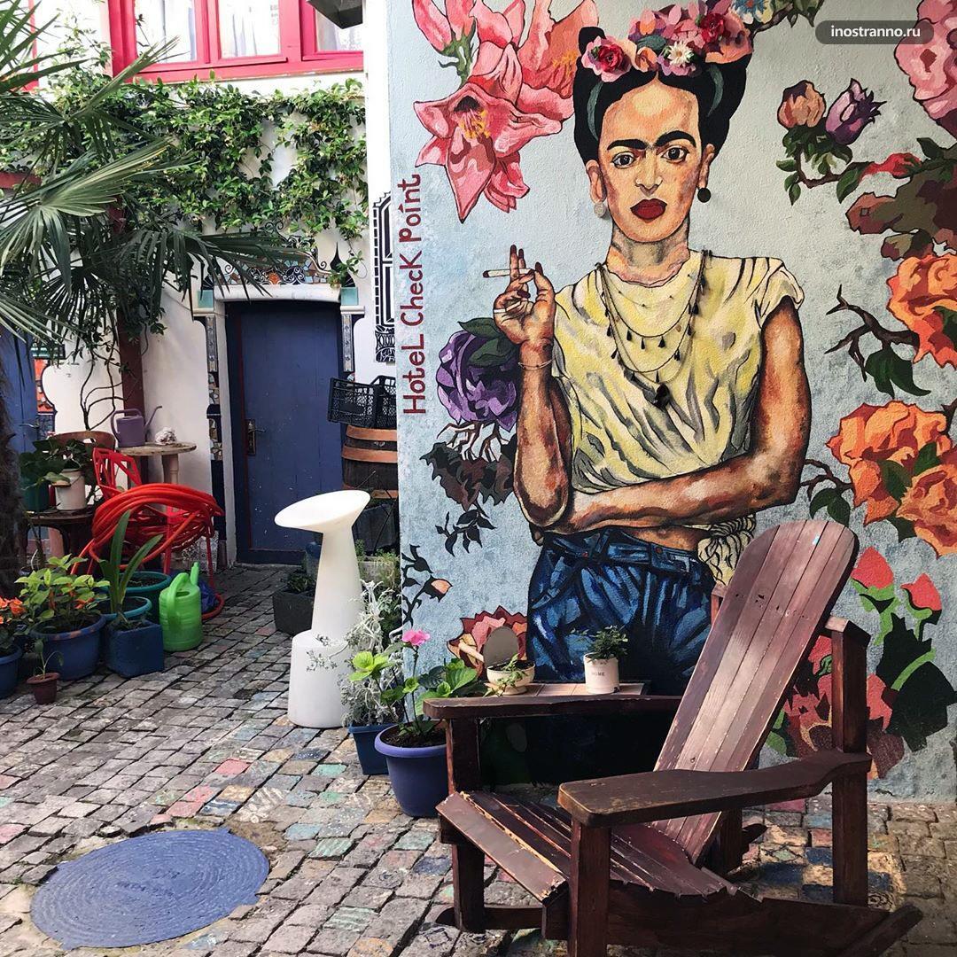 Отель Check Point в Тбилиси и картина Фриды Кало