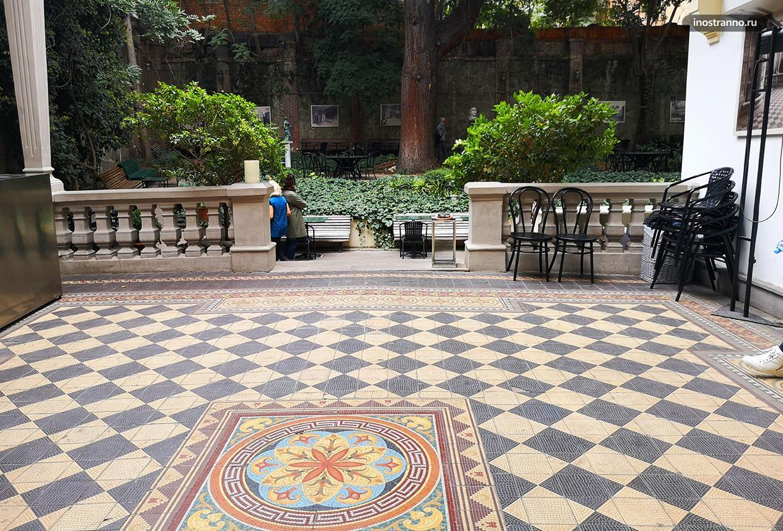 Дом писателей красивый дворик с кафе в Старом Тбилиси