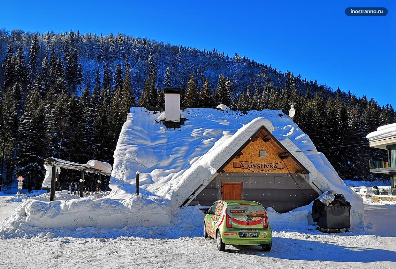 Дом зимой в Европе