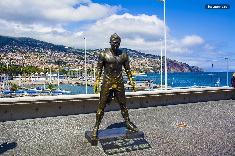Статуя Криштиану Роналду в Фуншале