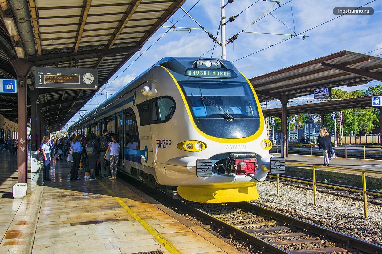 Поезд в Загребе на Главном железнодорожном вокзале