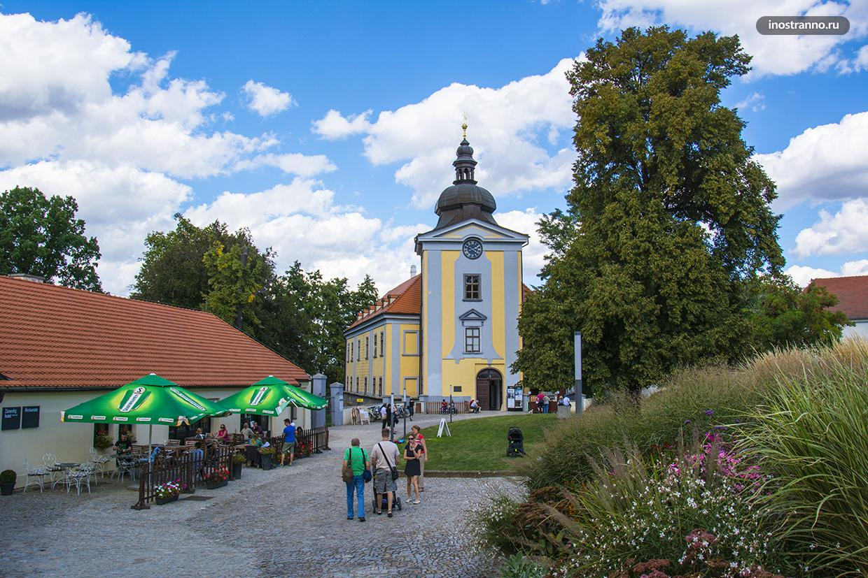 Замок Чтенице и отель в Праге