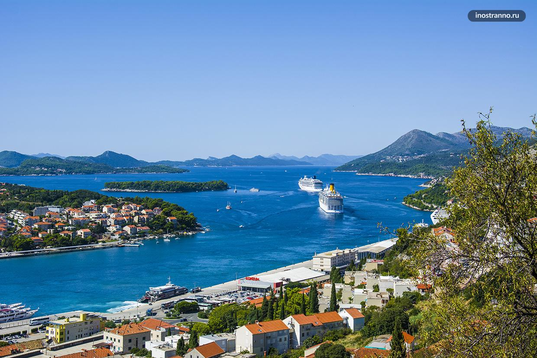 Порт в Дубровнике с круизным лайнером