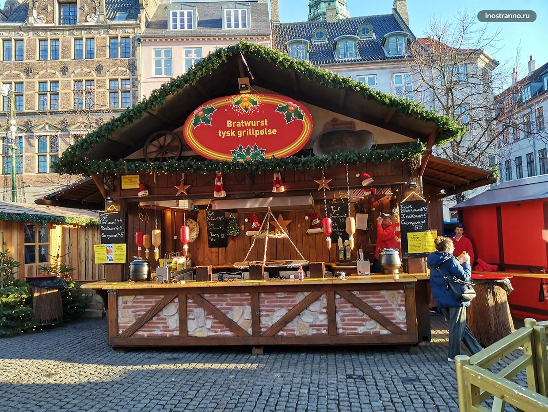 Продажа сосисок братвурст на рынке