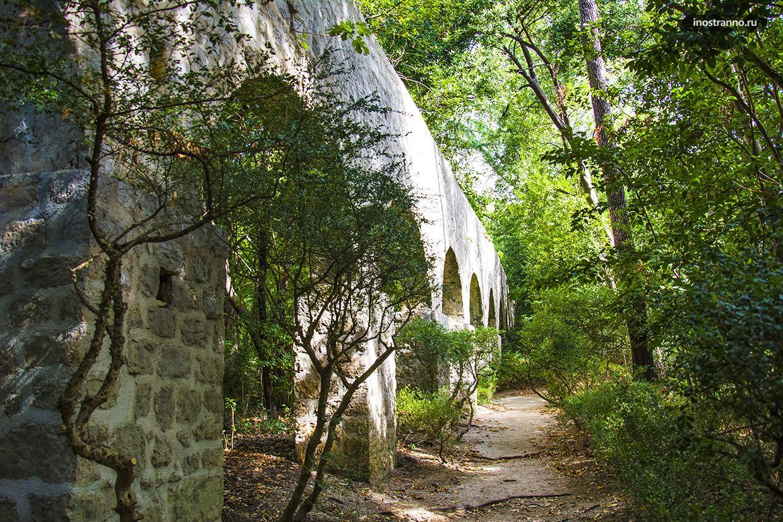 Акведук в парке Трстено Арборетум