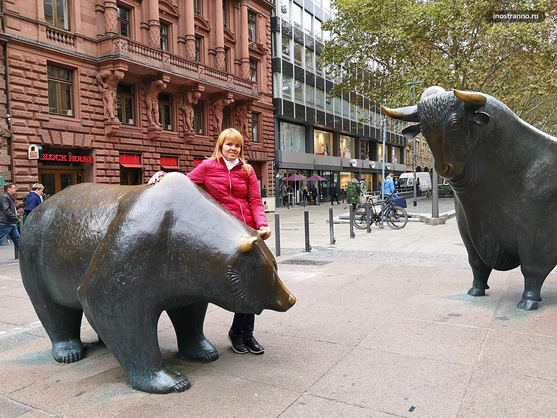 Скульптуры медведя и быка рядом с Франкфуртской фондовой биржей
