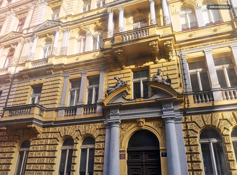 Красивый фасад дома в Праге