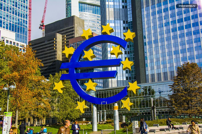 Скульптура евро в банковском квартале Франкфурта