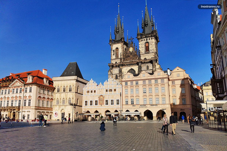 Староместскую площадь в Праге пустынная