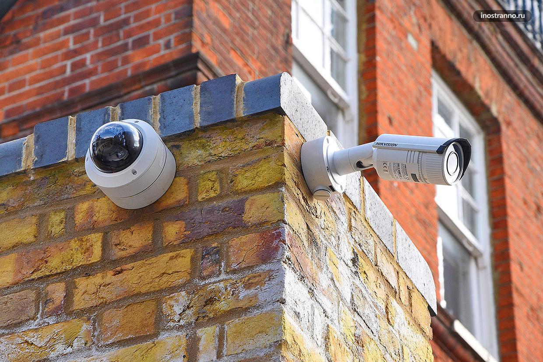 Камера видеонаблюдения на здании