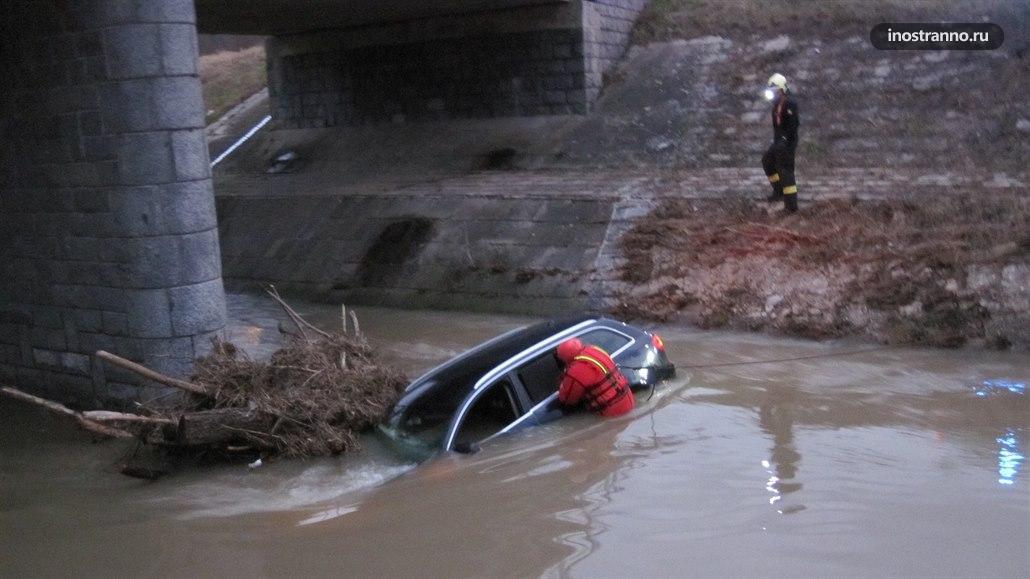 Автомобиль преступников в реке