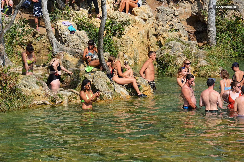 Девушки в Хорватии красивые на пляже загорают и купаются без одежды