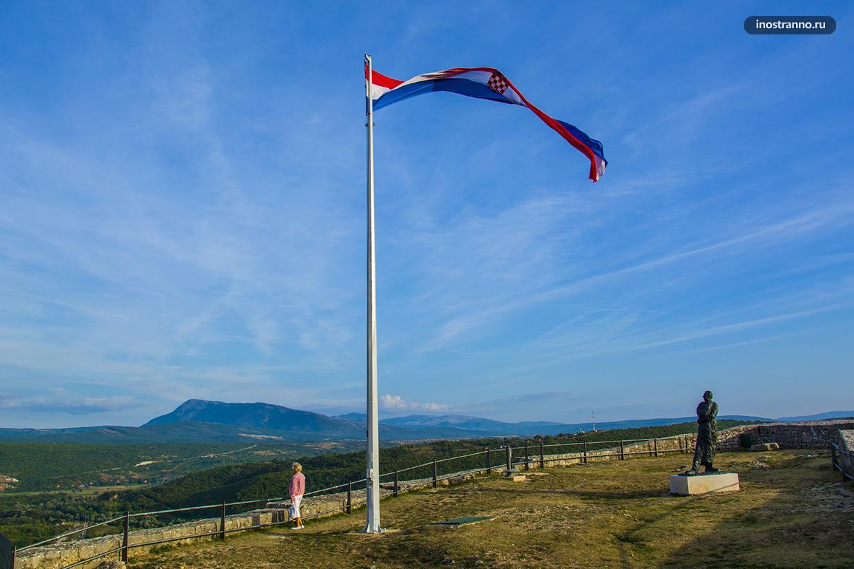Памятник Франьо Туджману и флаг Хорватии