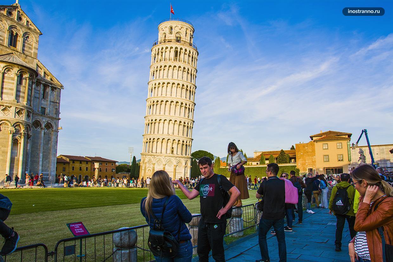 Смешные фото туристов у Пизанской Башни