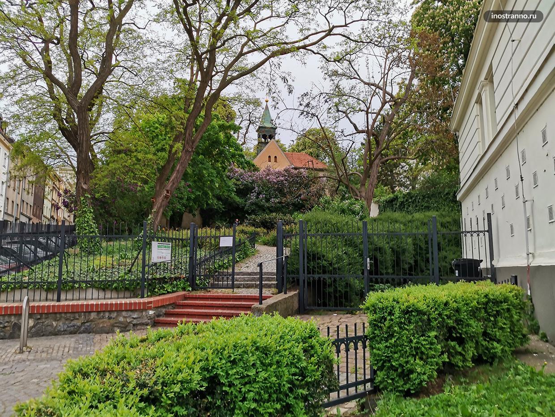 Нетуристический парк и костел У Клемента в Праге