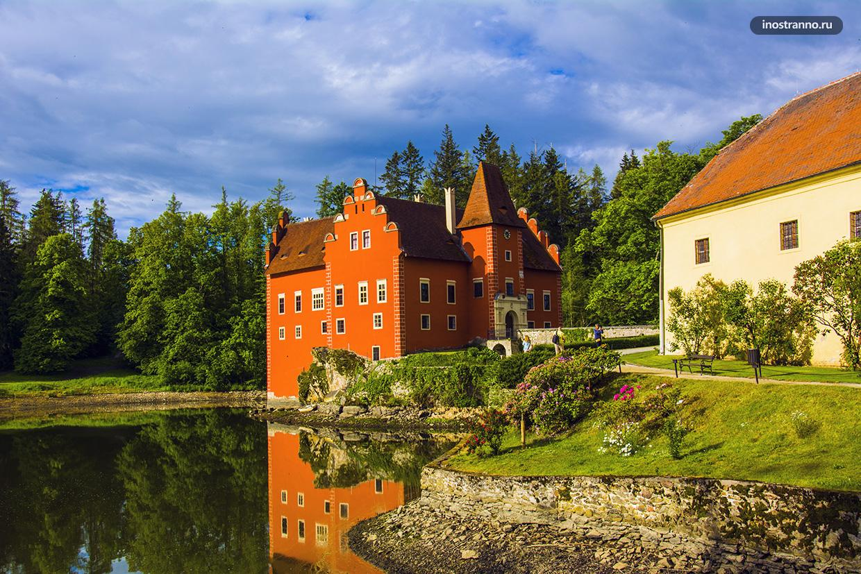 Замок в Европе на воде