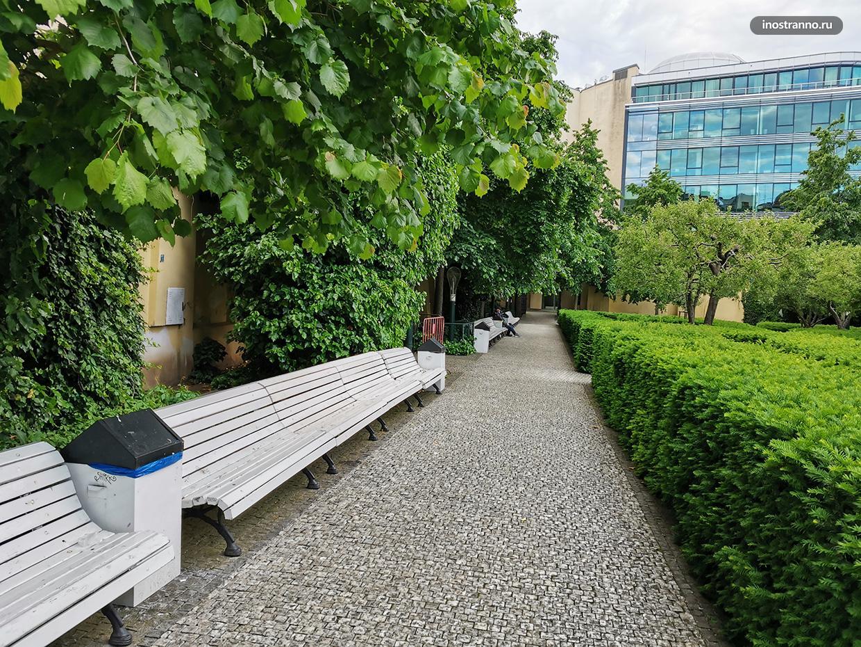 Тихий сад в центре Праги
