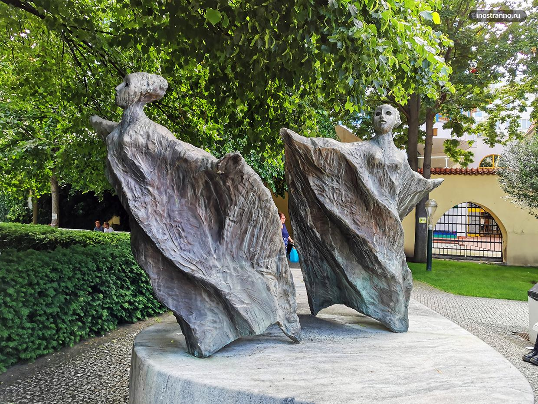 Скульптуры во Францисканском саду в Праге