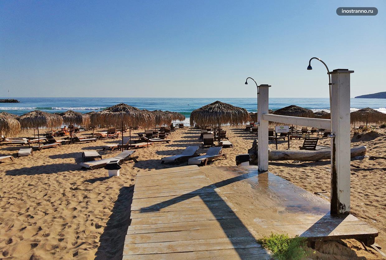 Цивилизованный романтичный пляж в Болгарии