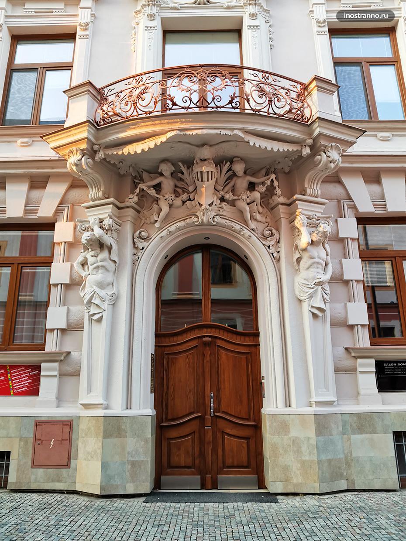 Красивые двери во дворец в Чехии