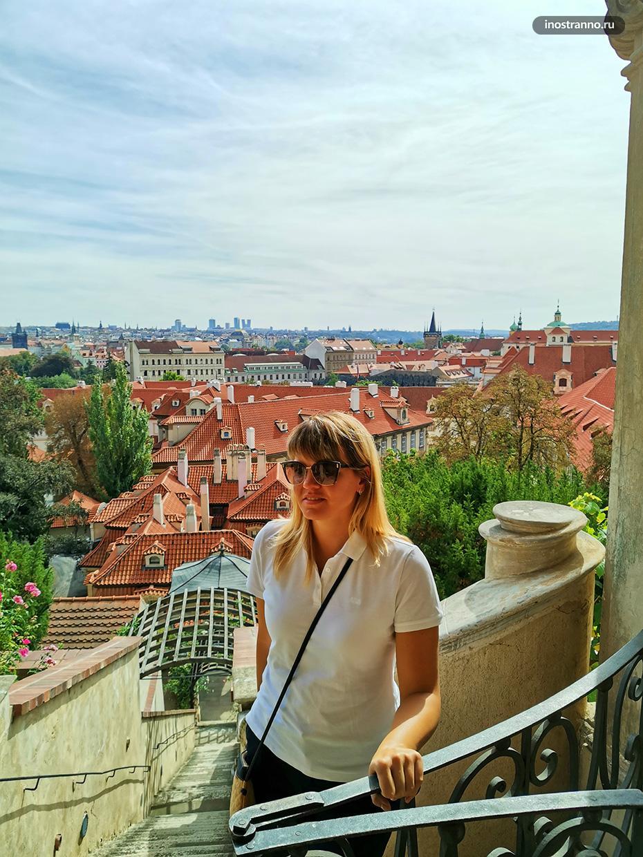 Девушка в Праге осенью